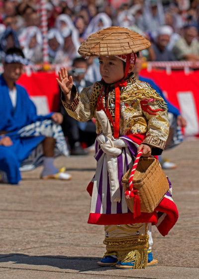 川船では、長崎刺繍の豪華な衣装を身につけます。