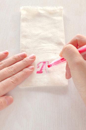 袋の表面に透ける文字を見ながら 生地専用のペンで塗りつぶしていきます。