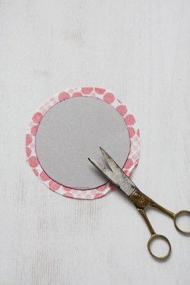 ①厚紙に円を描き型紙にします(今回は直径10cm・12cm・15cm)。 布に型紙を置き、縫い代1cmで布をカットします(1個につき2枚)。