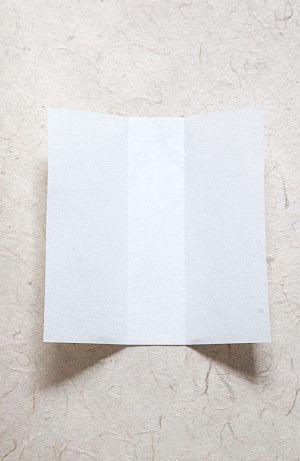 2.中心から1.5cmのところに左右それぞれ折り目を入れておきます。 ※文字カードの幅に合わせて微調整して下さい。