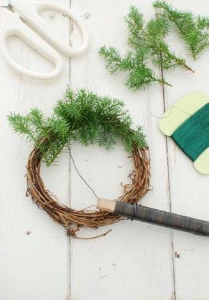 コニファーを6cmくらいにカットしておきます。 同じ方向に葉先が向くように ぐるぐるっと一周ワイヤーで巻き留めていきます