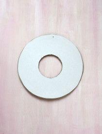 4.厚紙に直径16㎝の円と中に直径6㎝の円を描き 写真のようにカットします。