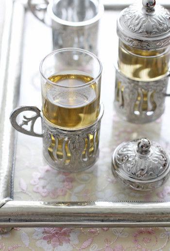 こちらは、本来コーヒー用として使われていたもの。 今は陶磁器のコーヒーカップが主流となり、数が少ないですが、 ガラス製でお茶の水色が見え、 蓋もついているのでほこりよけにもなり、 ちょっとしたティータイムのおもてなしにも使えそうです。