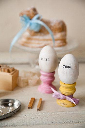 色を塗った卵に アルファベットのスタンプで名前を押して、 ネームカード代わりにテーブルに。 かわいい演出になります。