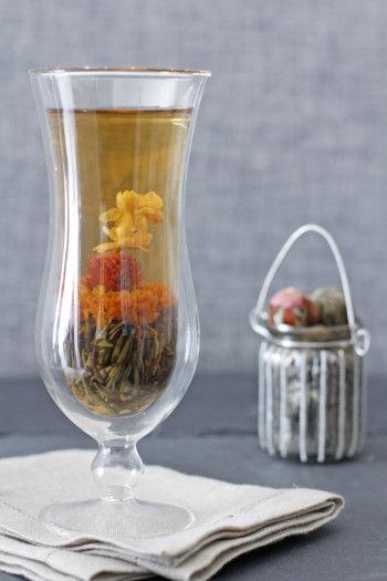 二重ガラスになっている器は 表面が熱くならず、持ちやすいです。 下から菊・ジャスミン・千日紅と 3つのお花がふわりと浮かんでいる様子は とても優美さを感じることができます。
