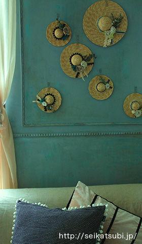 """""""超簡単デコ""""のミニ麦わら帽子を壁飾りにして晩夏のインテリアに"""