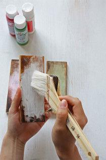 アクリル絵の具の白、薄緑、薄ピンクを刷毛にとり、プラークの縁を残してラフに塗ります。