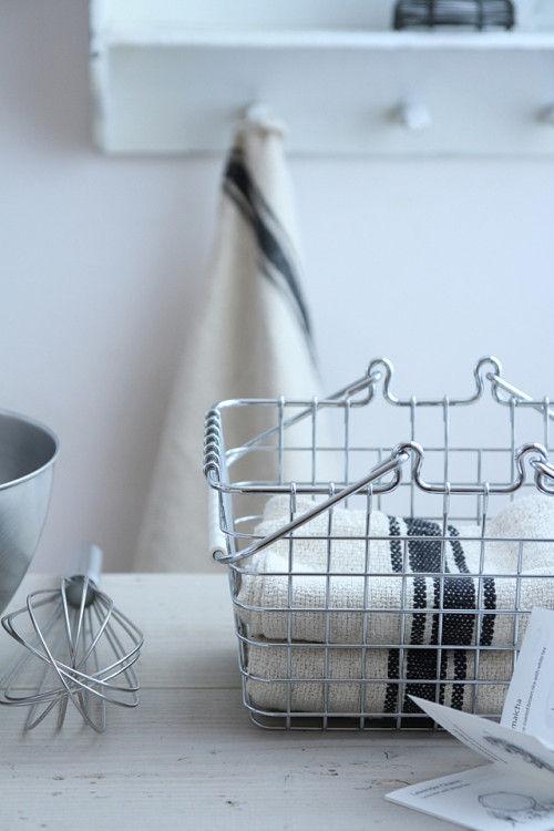 シンプルなキッチンクロスと、鉄瓶形の箸置き~