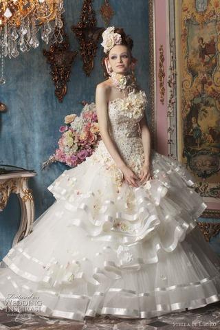 素材の良さを活かしたり、フリルやビジュー、パールなど反射しやすいアイテムがついたゴージャスな雰囲気のドレスは、華やかな結婚式会場で花嫁の存在感をはっきりと