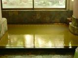 最上屋旅館の温泉(黄色く色づいている)