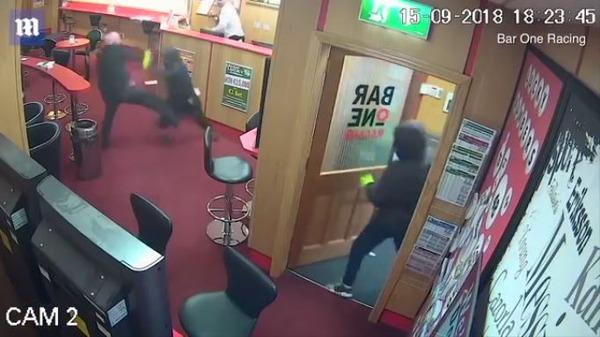 アイルランドで武装強盗3人が馬券売り場を襲撃 83歳の老人が勇敢に立ち向かい全員追い払う
