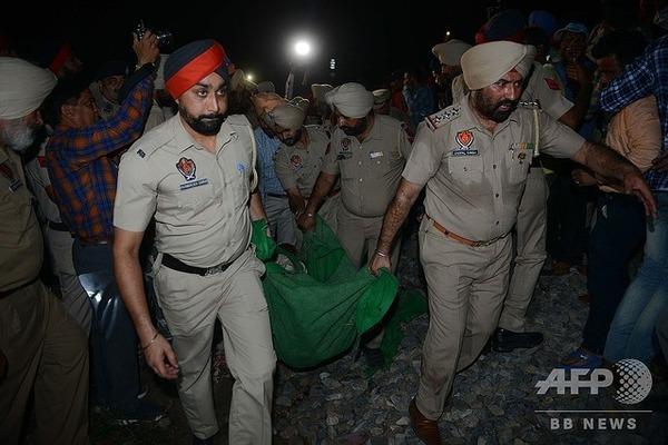 ヒンズー祭りの群衆に列車が突っ込む、50人以上死亡