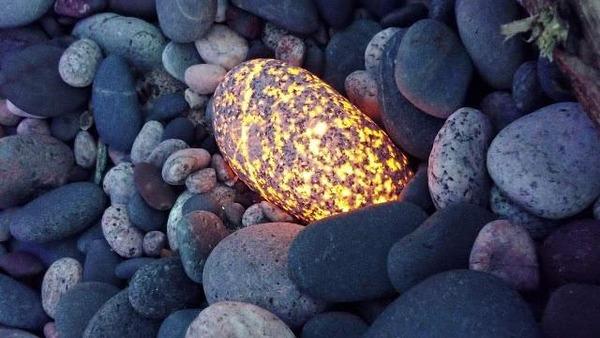 紫外線で光る新種の石「ユーパーライト」五大湖でリンタマキさんが発見