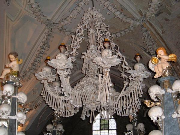 Sedlec_Ossuary_chandelier