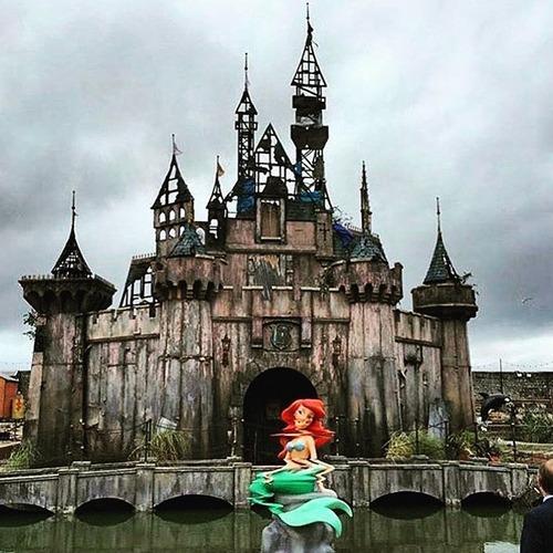英国でテーマパーク「ディズマランド」が開園 荒廃した城、横転したカボチャ馬車… ディズニー法定代理人の入場お断り