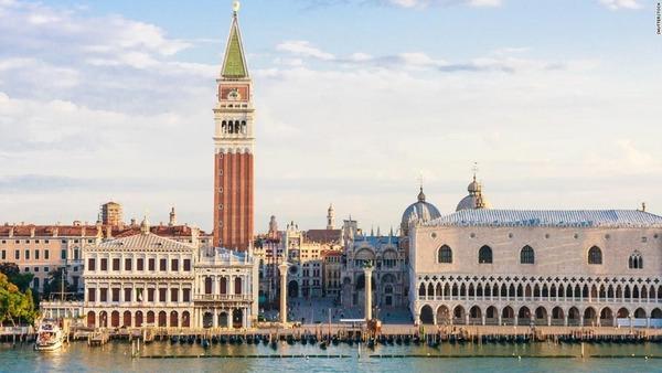 うっかり座ったら罰金6万円の法案  観光客に悩むベネチア市長が提案