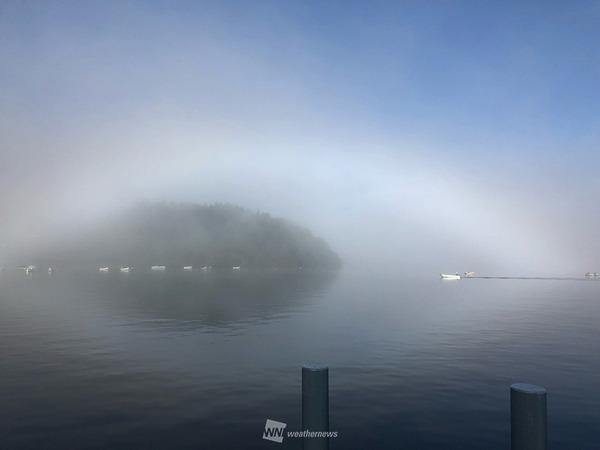 湖に浮かぶ幻想的な白い虹