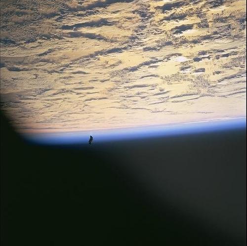 1万3千年前から地球上空を飛行する人工衛星ブラックナイトをNASAが撮影