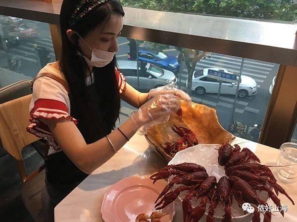 手が汚れスマホを触れないためカニ料理屋で食べずに放置する人続出 → 美女代行剥きサービス開始