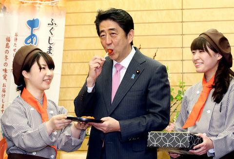 【悲報】安倍首相、メシを鬼のようにがっつきJKから冷たい視線を浴びるwwwwwww