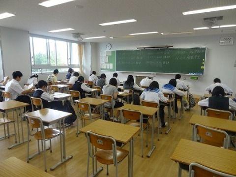【悲報】 教室で浮いてる陰キャ、クラスメイトたちから晒されるwwwww