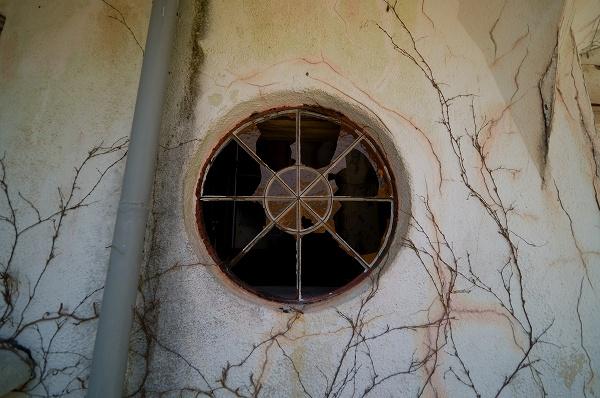 2階の丸窓