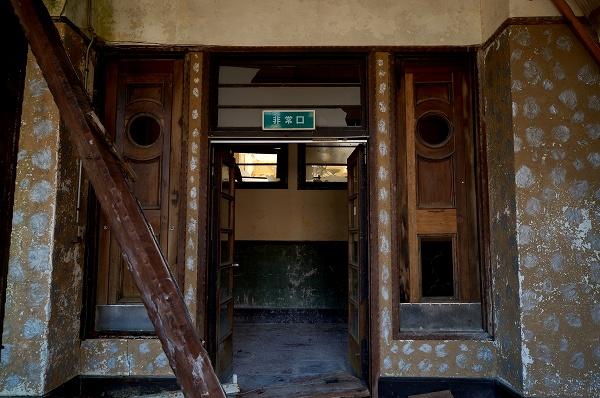 天井の落ちた部屋−入り口