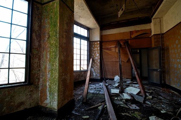 天井の落ちた部屋