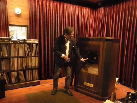タンノイのスピーカーを説明する尾田さん