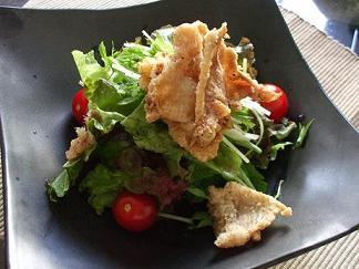 カリカリ鶏皮サラダ