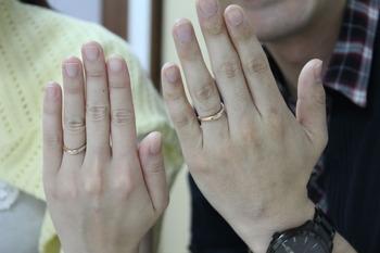 お顔は恥ずかしいということで 指輪をはめた手元の画像を どうぞ内側には四葉のクローバーが可愛いですね