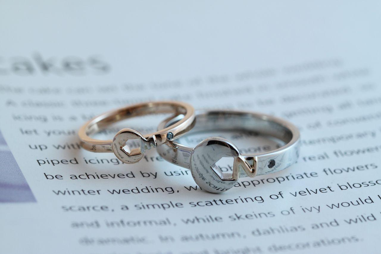いきなり個性的で素敵な結婚指輪の登場です。 自動車好きのお二人が工具のスパナをモチーフに作られました。  自分たちのイニシャルをスパナが挟んだオリジナルリング