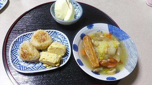 45夕ご飯(焼きおにぎりと卵焼き、野菜スープとりんご)