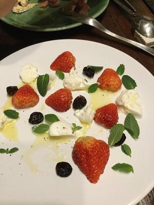 苺とモッツァレラとミントのサラダ