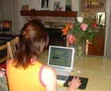 パソコンに向かってブログ中の私