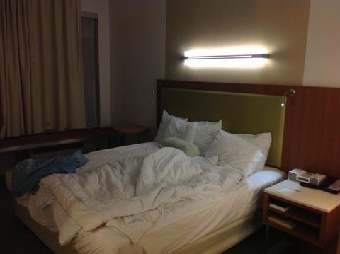 アメリカのホテルのベッド上ライトとシャレオツ洗面鏡