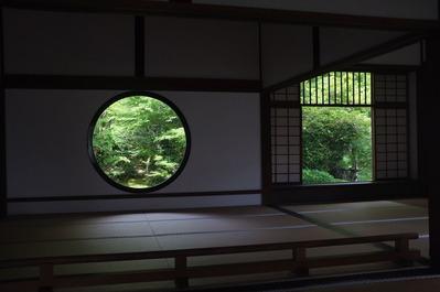 円窓から庭を望む