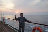 洋上からの日の出を楽しむ 1