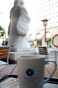 南京町入り口のカフェにて