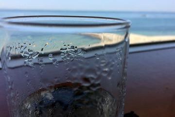 グラスと海の見える風景
