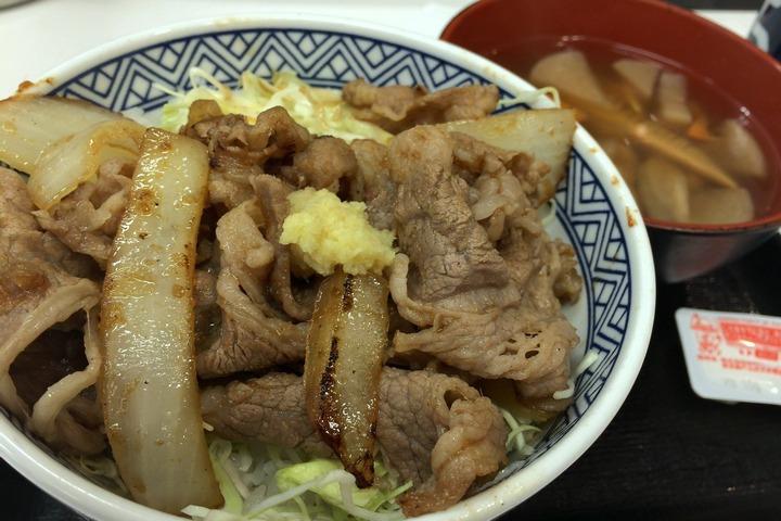 吉野家の牛カルビ生姜焼き丼とけんちん汁
