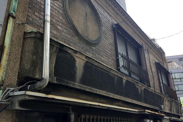 源八橋西詰のレトロな建物1