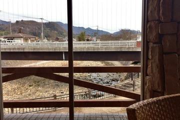 ヴィレッジハウス佳林の窓外に流れる山田川