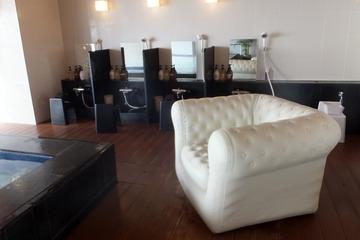 「潮彩きらら 祥吉」の新館浴室に置かれた巨大ソファ