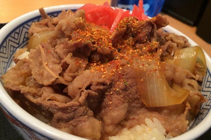 吉野家の牛丼並盛りつゆだく七味がけ
