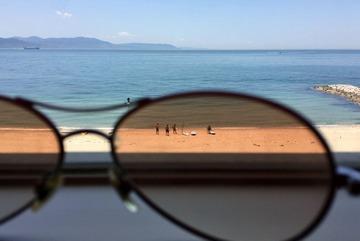 サングラスと海とビーチ