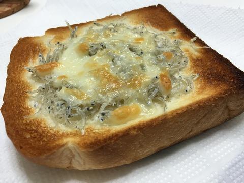 [お手軽朝ごはん]ちりめんじゃことチーズのせパン