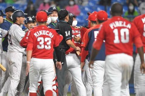 乱闘騒ぎのヤクルト対広島戦 青木死球退場後に一触即発「もう一発はあかんやろ!」