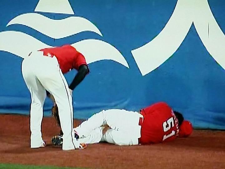 【速報】広島鈴木にアクシデント!外野フェンス際のジャンプ捕球で足首負傷か 担架で運ばれ退場