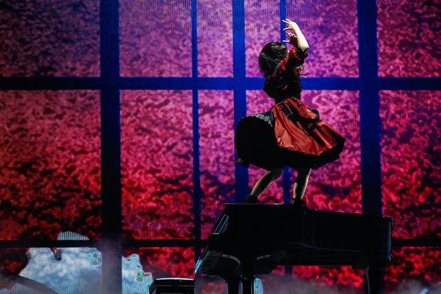 ピアノの上でパフォーマンスする欅坂46平手がカッコよすぎると話題に